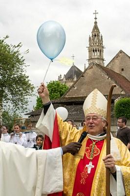 Mgr rappelant la symbolique du lâcher de ballons