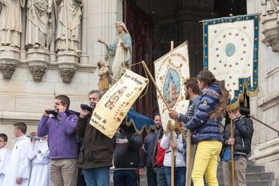 Bannières et statue de la Vierge devant la basilique