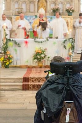 Enfant handicapé face à l'Autel