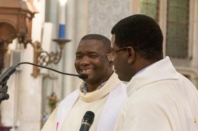 Père Mabiala présentant son successeur