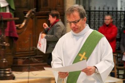 Diacre récupérant les illustration des ordres religieux