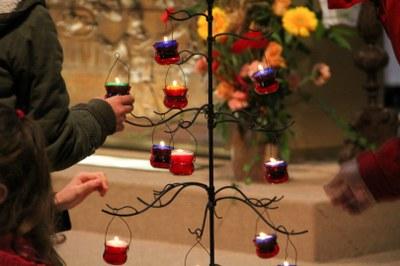 Installation de bougies par des enfants