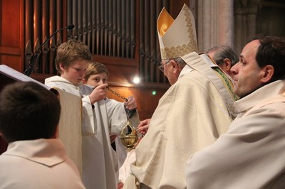 Mise de l'encens par Mgr Maillard