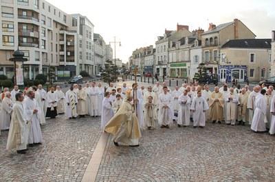 Sortie des ministres et servants d'autel sur le parvi